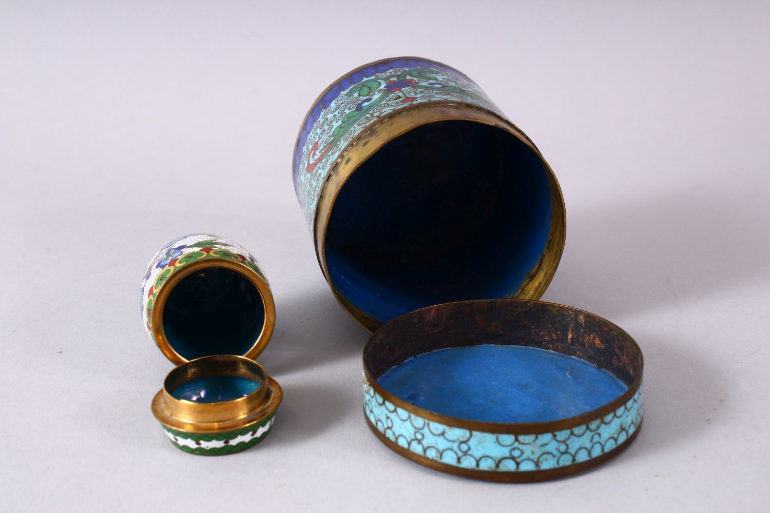 A MIXED LOT OF FOUR CHINESE CLOISONNE VASES / BOX - consisting of a cylindrical lidded blue ground - Image 4 of 5