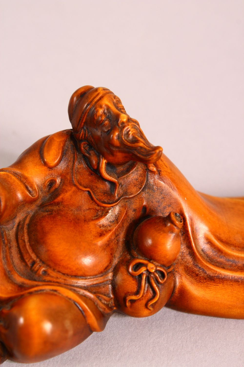 50A CHINESE CARVED WOOD FIGURE OF ROHAN OR IMMORTAL, seated with a drinking vessel, 20cm - Image 3 of 5