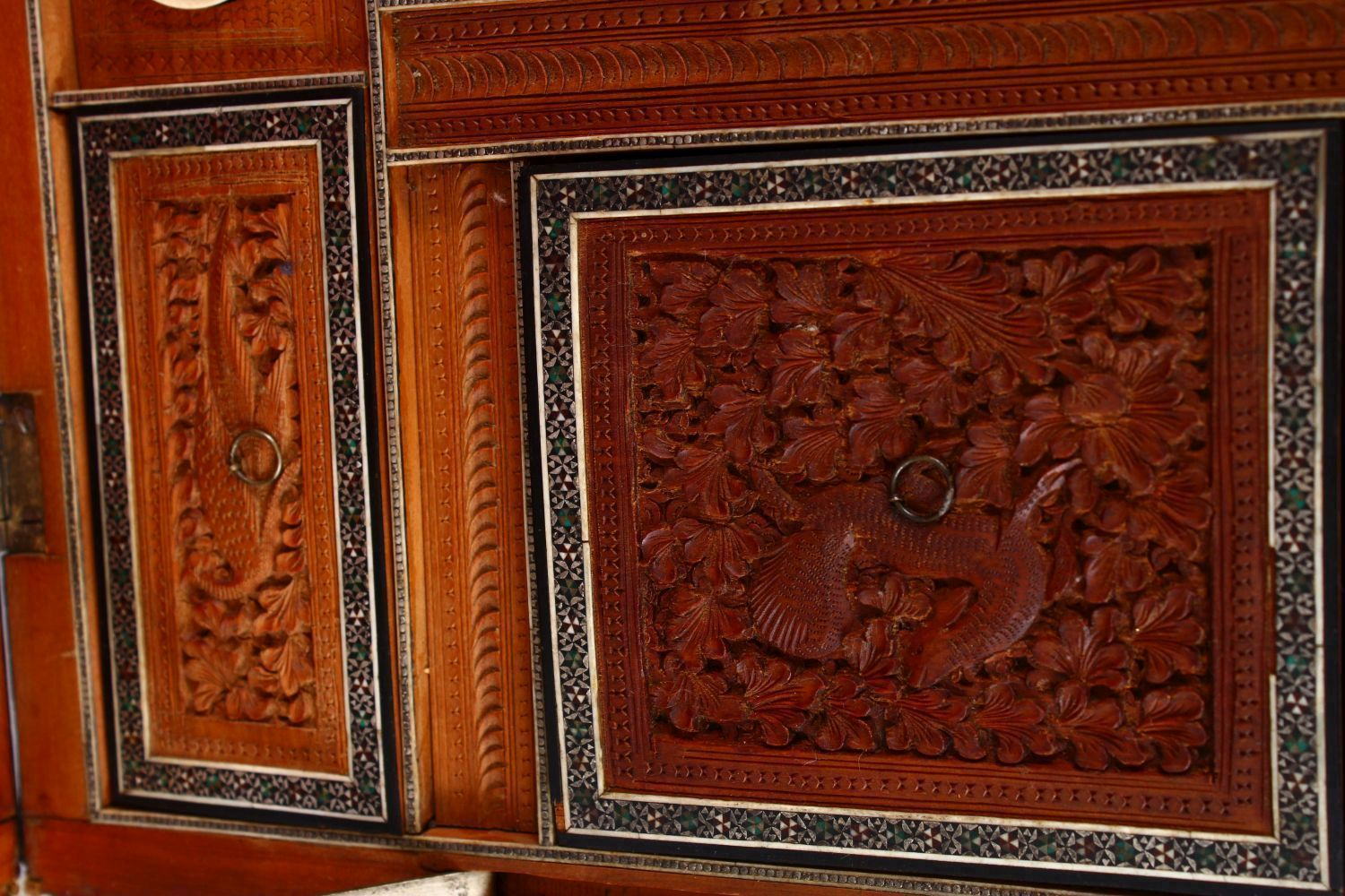 A 19TH CENTURY ANGLO INDIAN INLAID LIDDED SEWING BOX, with carved wood depicting figures and animals - Image 5 of 10