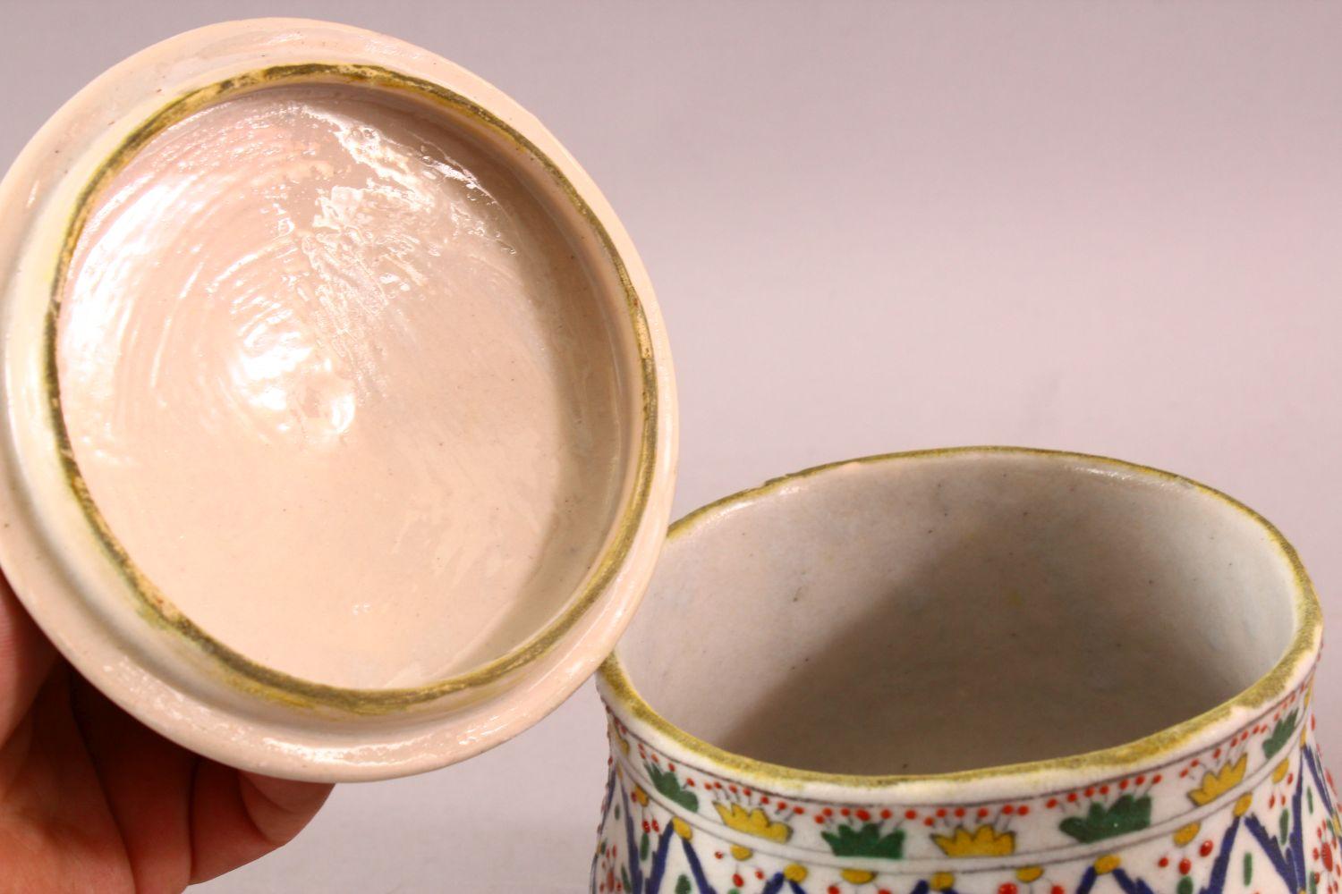 A TURKISH OTTOMAN DECORATED POTTERY BOWL & COVER, 13.5CM - Image 4 of 5