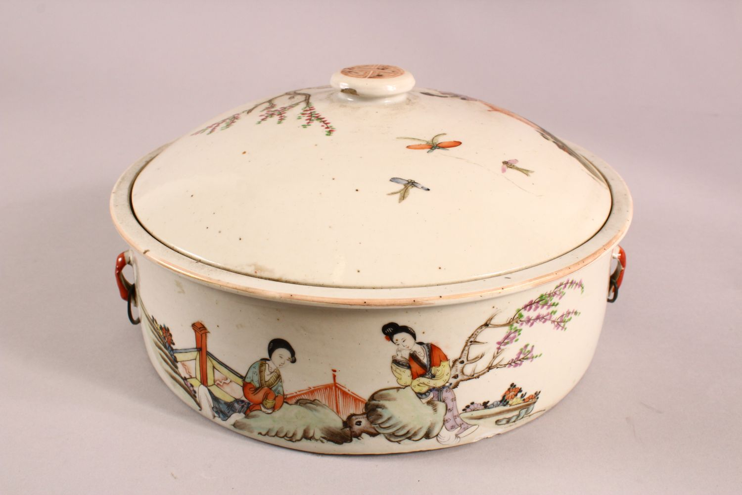 A 19TH CENTURY CHINESE FAMILLE ROSE PORCELAIN BOWL & COVER, with decoration of figures in - Image 3 of 6