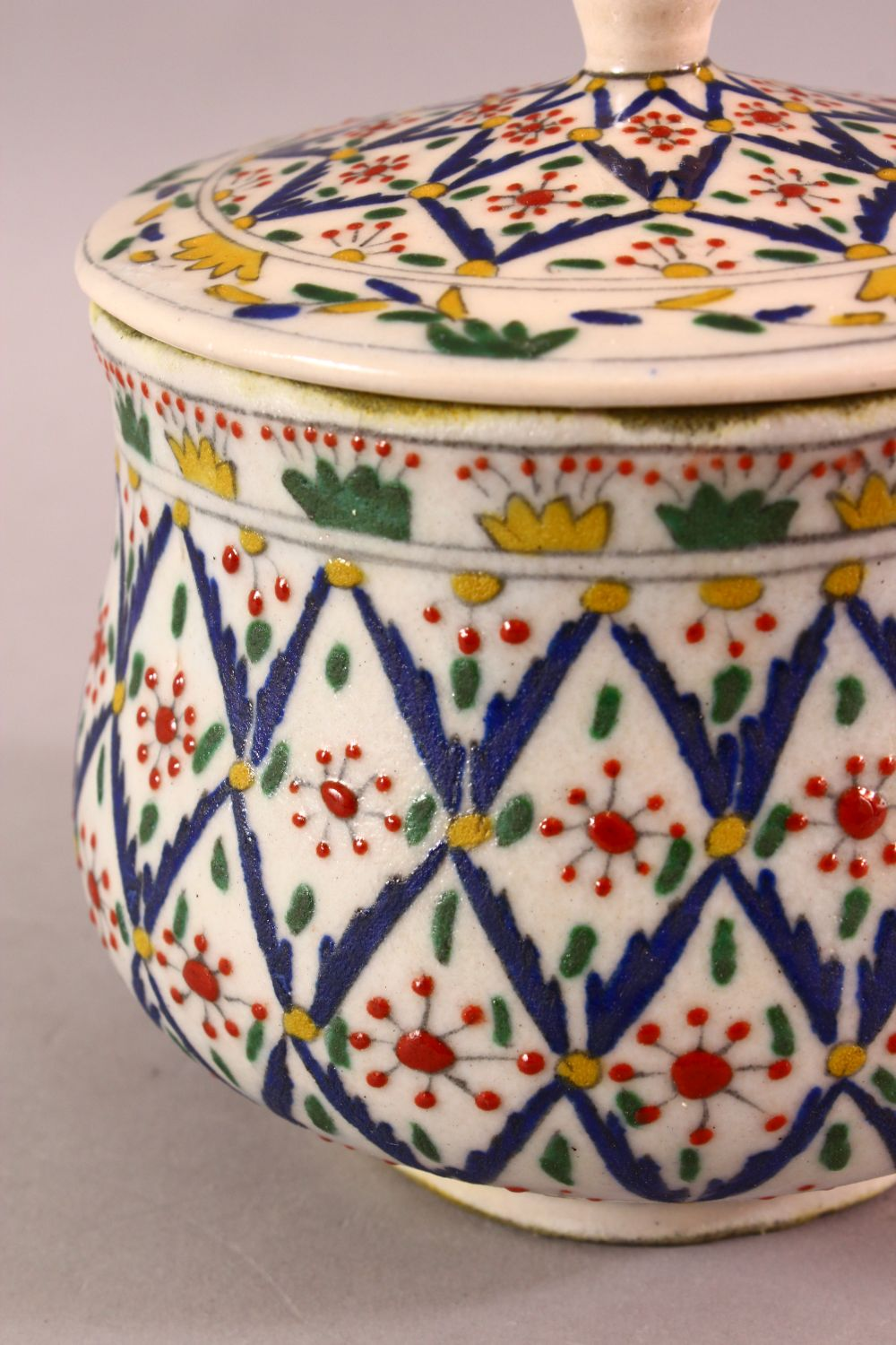 A TURKISH OTTOMAN DECORATED POTTERY BOWL & COVER, 13.5CM - Image 2 of 5