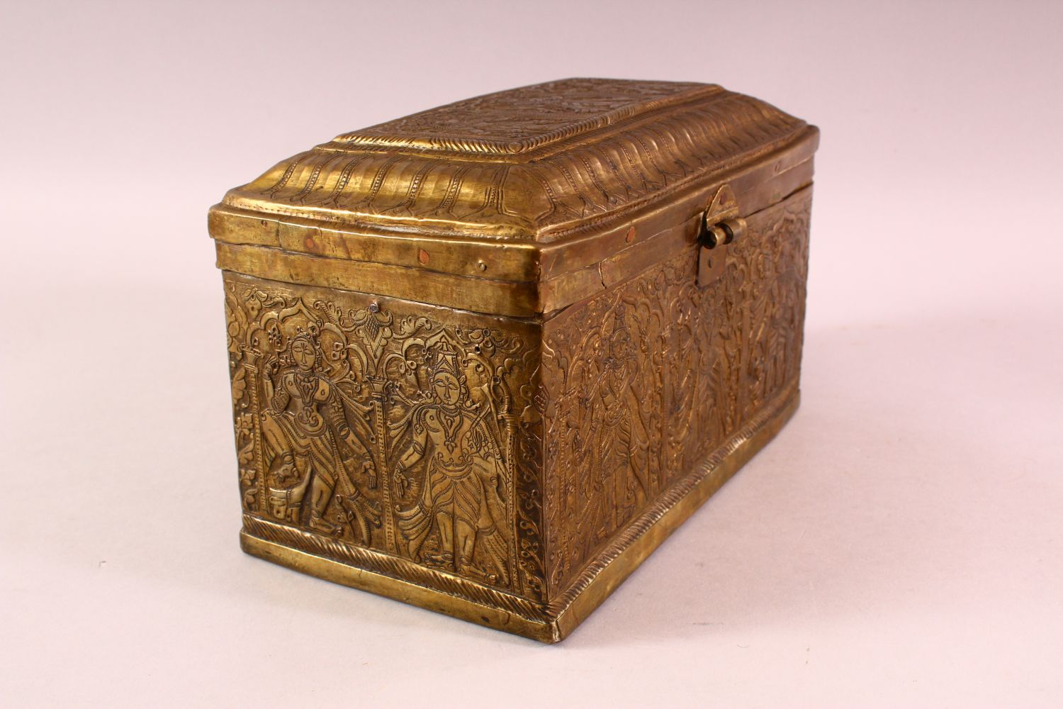 A FINE 18TH CENTURY SOUTH INDIAN ENGRAVED BRASS CASKET depicting Hindu gods, 26cm long, 16cm high, - Image 3 of 6