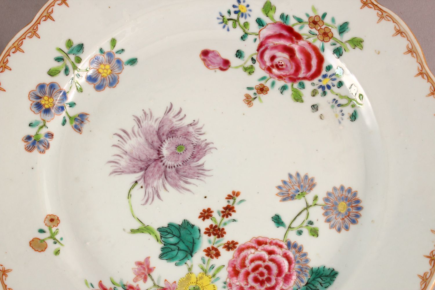 A SET OF FOUR 18TH / 19TH CENTURY CHINESE FAMILLE ROSE PLATES, with floral decoration, 23cm - Image 4 of 6