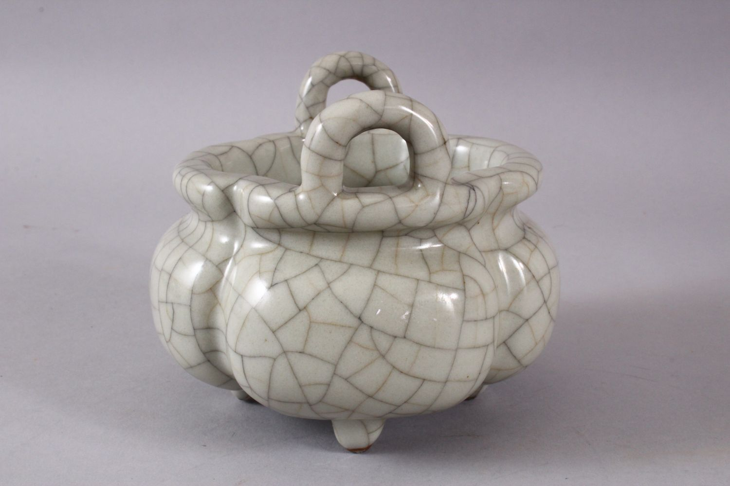 A GOOD CHINESE QUATRELOBED CRACKLE GE GLAZED TRIPOD CENSER, with twin moulded handles and tripod - Image 4 of 7