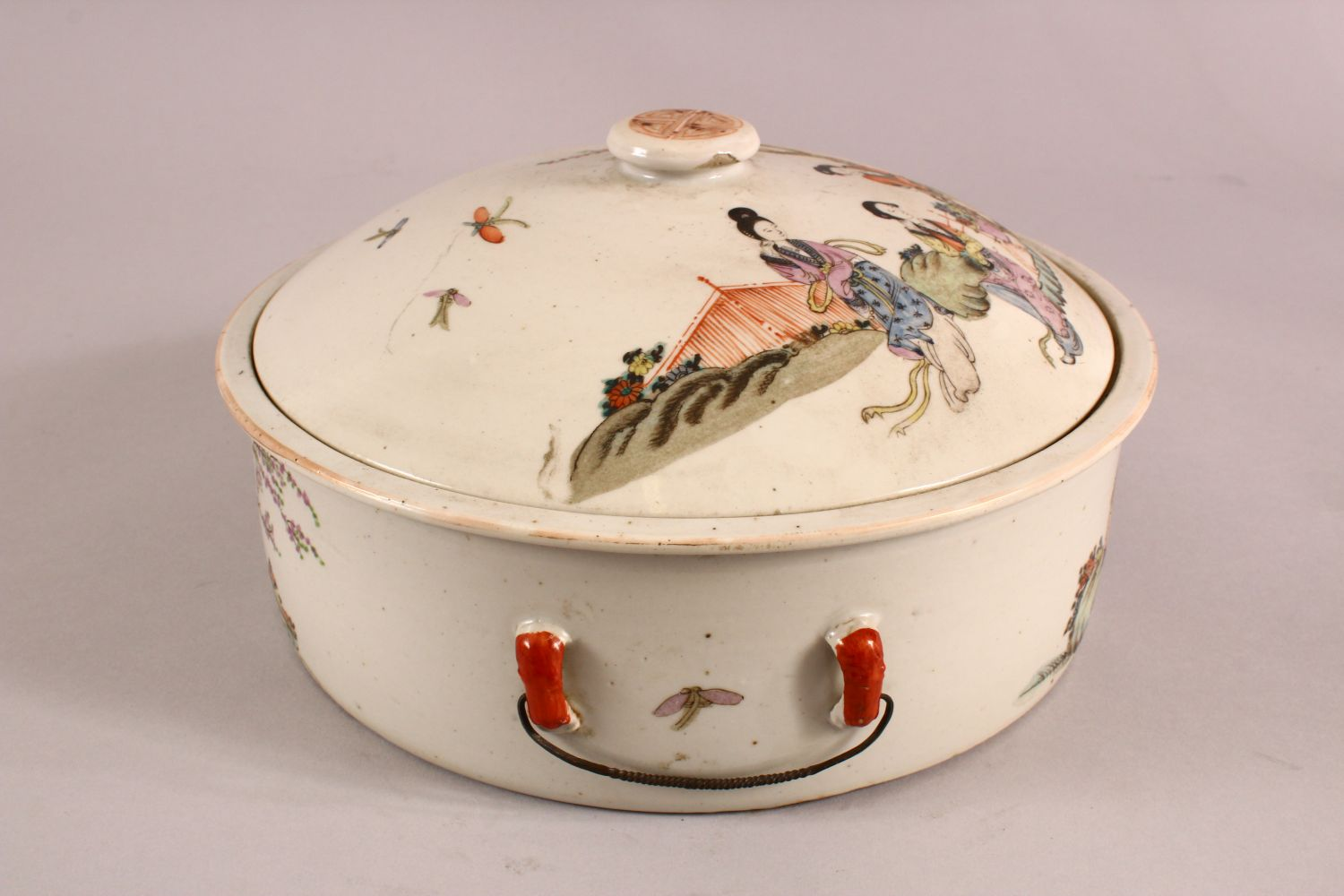 A 19TH CENTURY CHINESE FAMILLE ROSE PORCELAIN BOWL & COVER, with decoration of figures in - Image 2 of 6