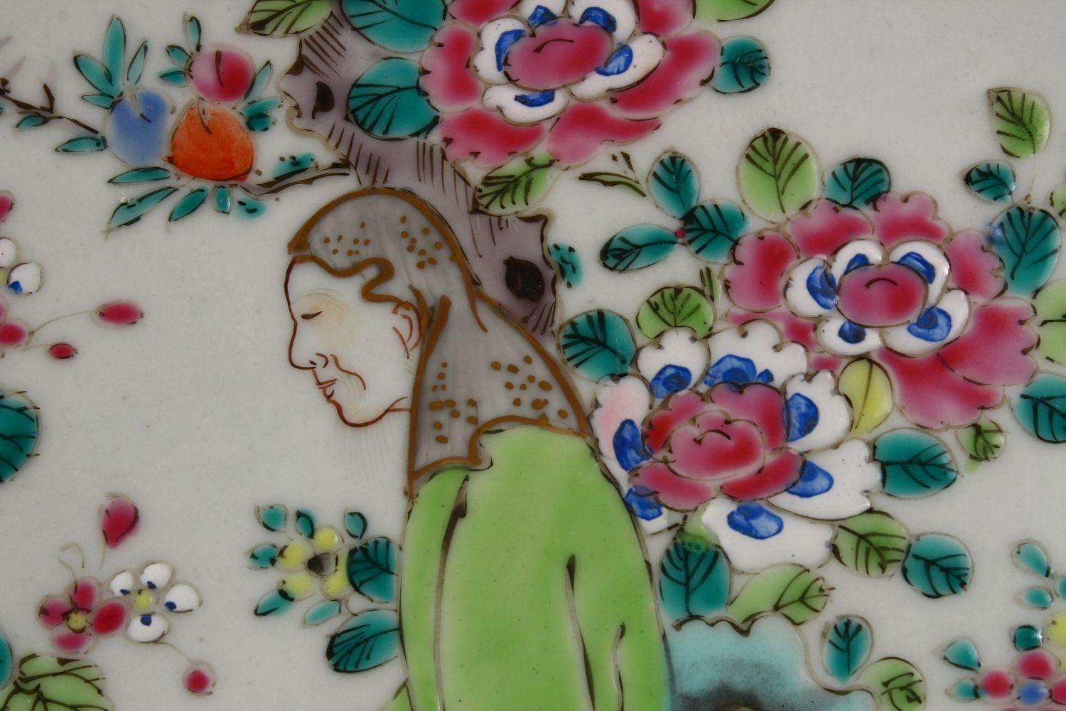 A 19TH CENTURY CHINESE FAMILLE ROSE PORCELAIN PLATE OF SCHOLARS, the decoration depicting a - Image 6 of 9