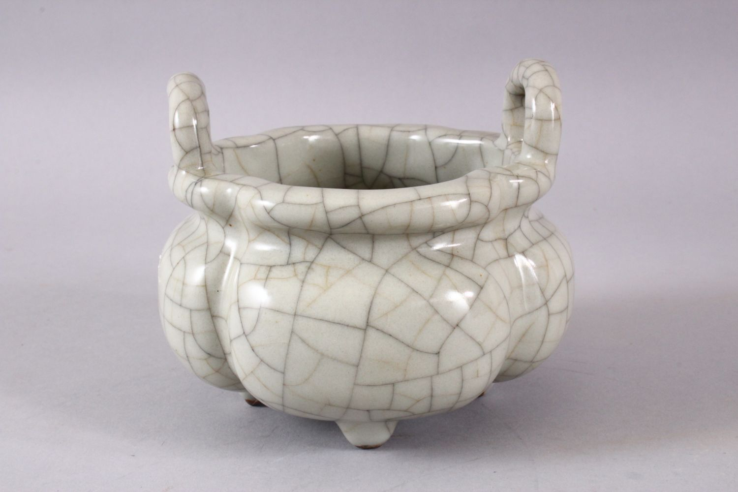 A GOOD CHINESE QUATRELOBED CRACKLE GE GLAZED TRIPOD CENSER, with twin moulded handles and tripod - Image 3 of 7