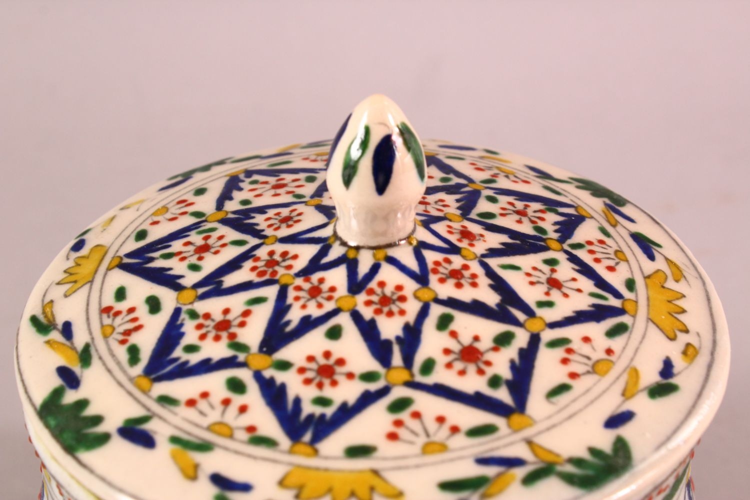 A TURKISH OTTOMAN DECORATED POTTERY BOWL & COVER, 13.5CM - Image 3 of 5