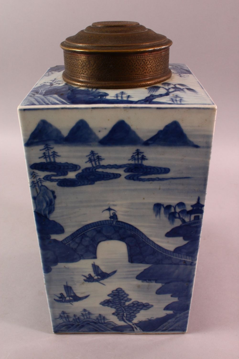 A LARGE CHINESE 18TH / 19TH CENTURY CHINESE BLUE & WHITE CADDY, decorated with landscape views, with - Image 3 of 5