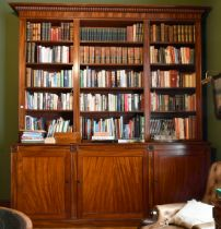 A GOOD GEORGE III MAHOGANY STANDING BOOKCASE with dentil cornice, three rows of open shelves, five