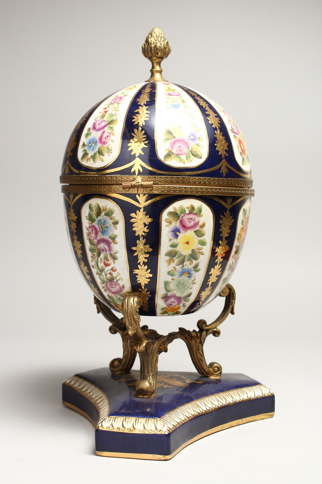 A LARGE SEVRE STYLE BLUE AND GILT EGG SHAPED CASKET AND COVER, painted with flowers on a - Image 3 of 9