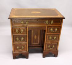 A GOOD EDWARDIAN MAHOGANY SATINWOOD BANDED AND INLAID KNEEHOLE DESK, with an inlaid rectangular top,
