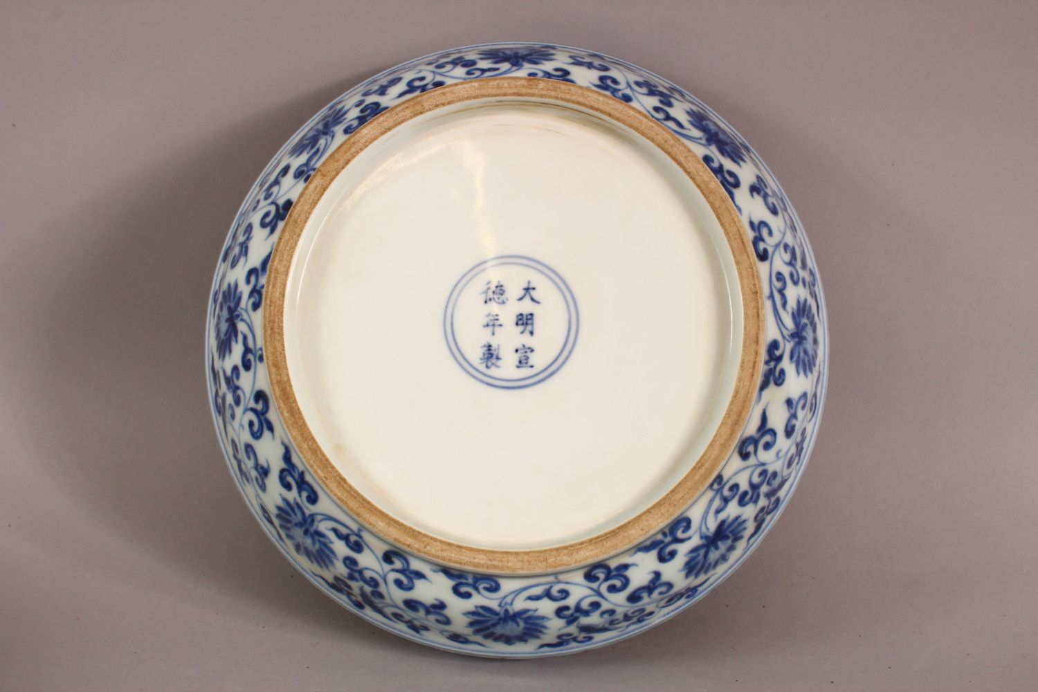 A GOOD CHINESE BLUE AND WHITE PORCELAIN BOX AND COVER, the cover decorated with birds on a peach - Image 4 of 5