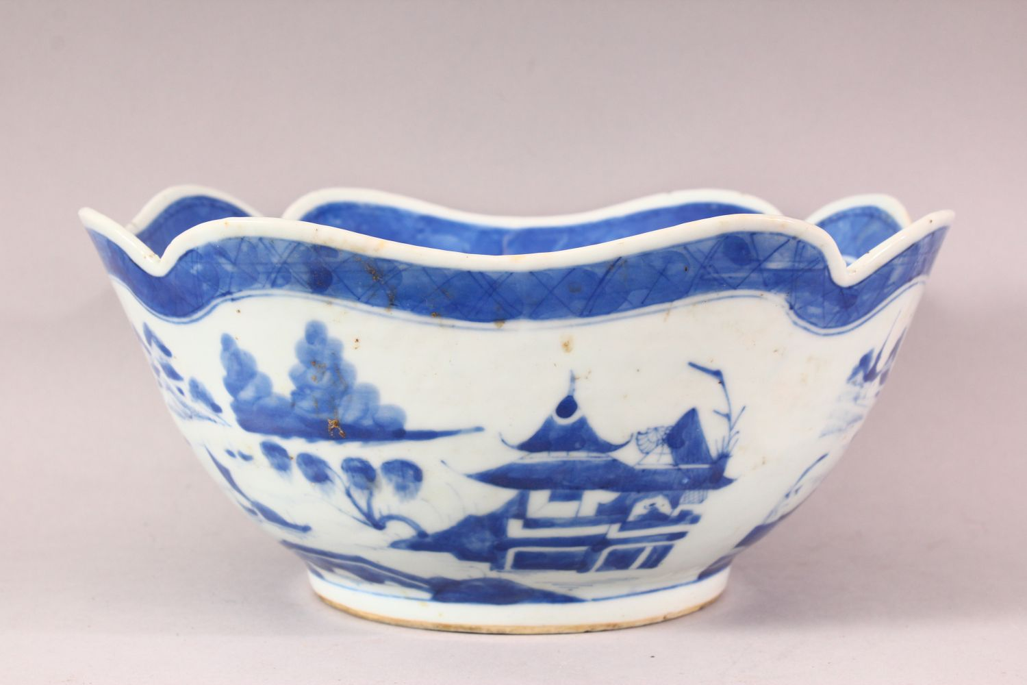 AN 18TH / 19TH CENTURY CHINESE BLUE & WHITE PORCELAIN BOWL, of quatrefoil form, decorated with - Image 4 of 6