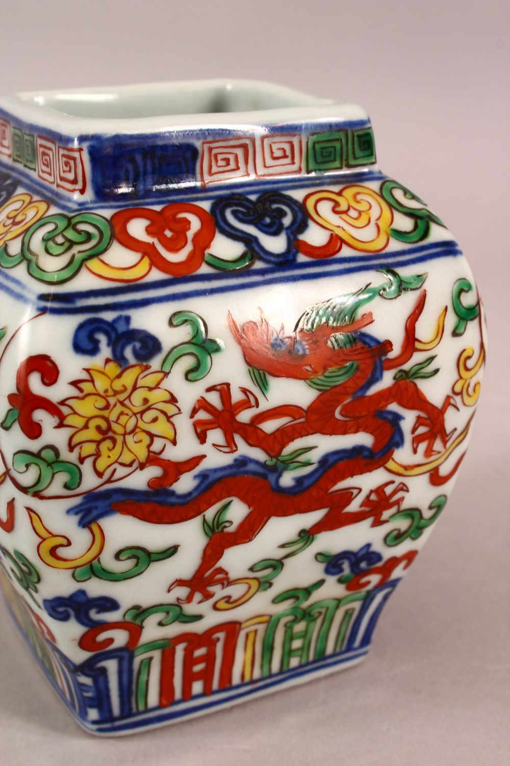 A SMALL CHINESE WUCAI STYLE VASE, the body painted with dragons and flowers, six character mark to - Image 4 of 6