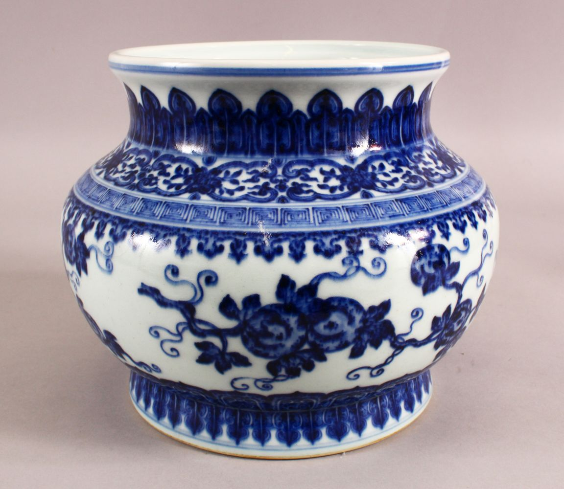 A CHINESE BLUE AND WHITE PORCELAIN PLANTER / VASE, 19cm high, approx 24cm wide.