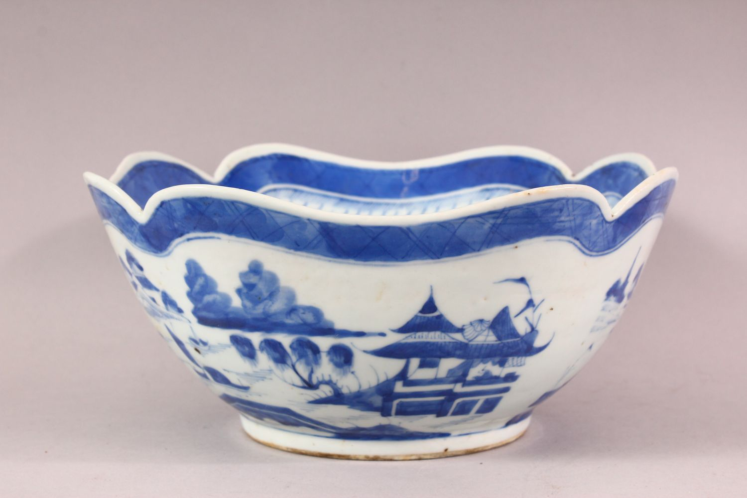AN 18TH / 19TH CENTURY CHINESE BLUE & WHITE PORCELAIN BOWL, of quatrefoil form, decorated with - Image 2 of 6