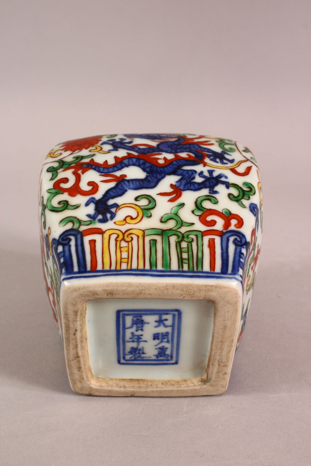 A SMALL CHINESE WUCAI STYLE VASE, the body painted with dragons and flowers, six character mark to - Image 5 of 6