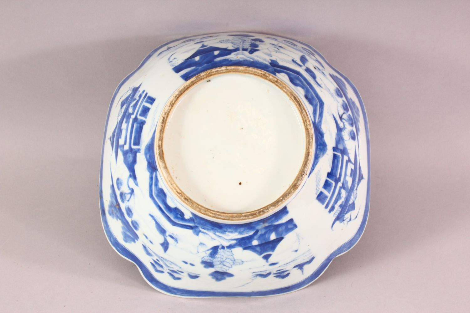 AN 18TH / 19TH CENTURY CHINESE BLUE & WHITE PORCELAIN BOWL, of quatrefoil form, decorated with - Image 6 of 6