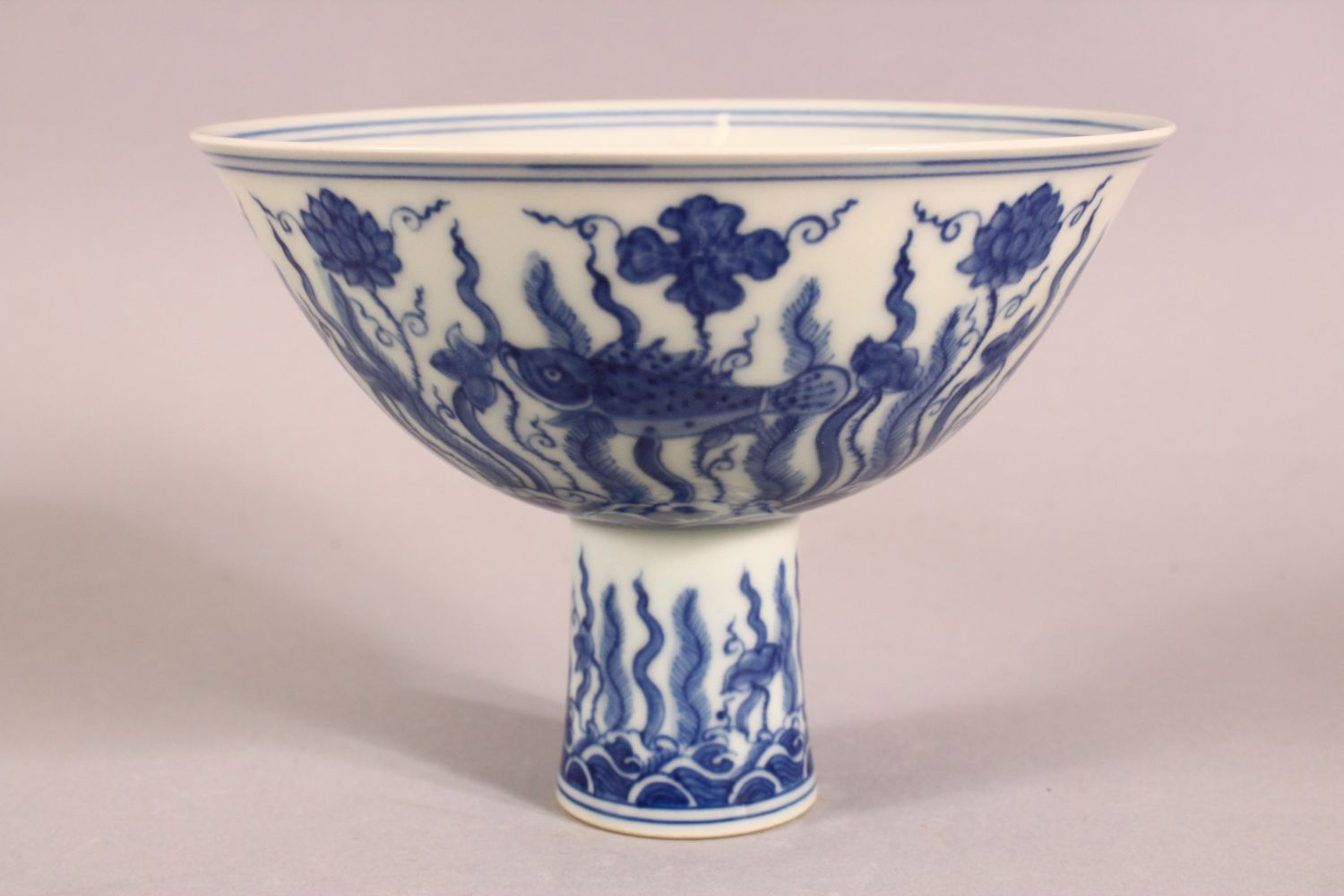 A CHINESE BLUE AND WHITE PORCELAIN STEM CUP, the bowl painted with fish amongst aquatic flora - Image 4 of 6