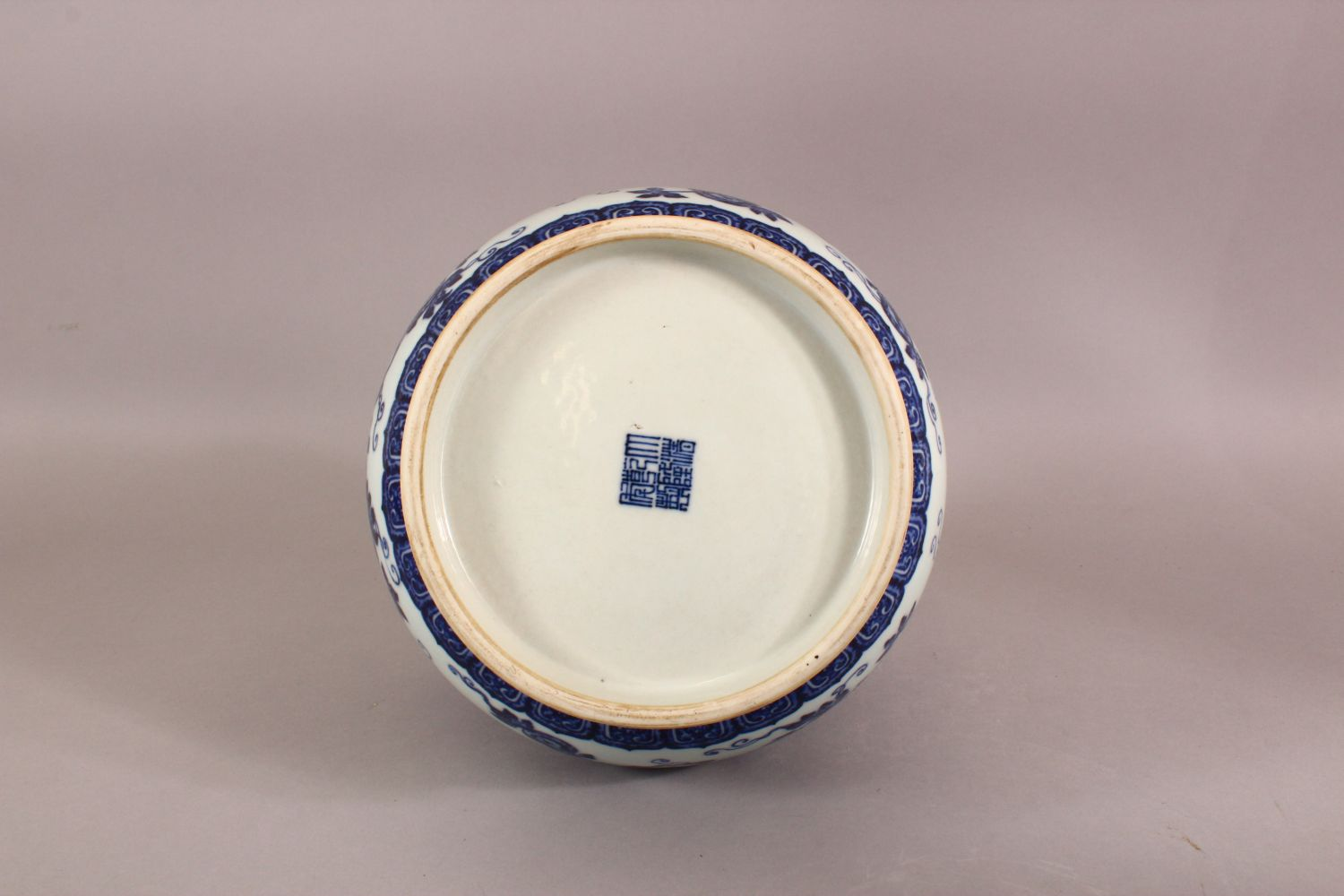 A CHINESE BLUE AND WHITE PORCELAIN PLANTER / VASE, 19cm high, approx 24cm wide. - Image 5 of 6
