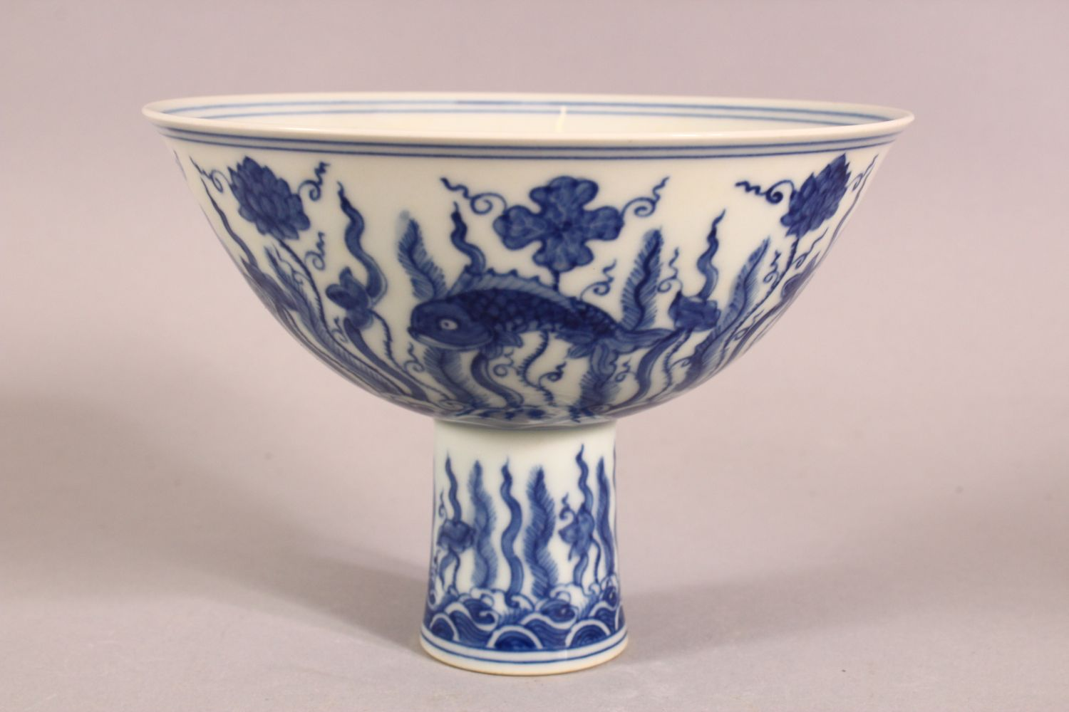 A CHINESE BLUE AND WHITE PORCELAIN STEM CUP, the bowl painted with fish amongst aquatic flora - Image 3 of 6