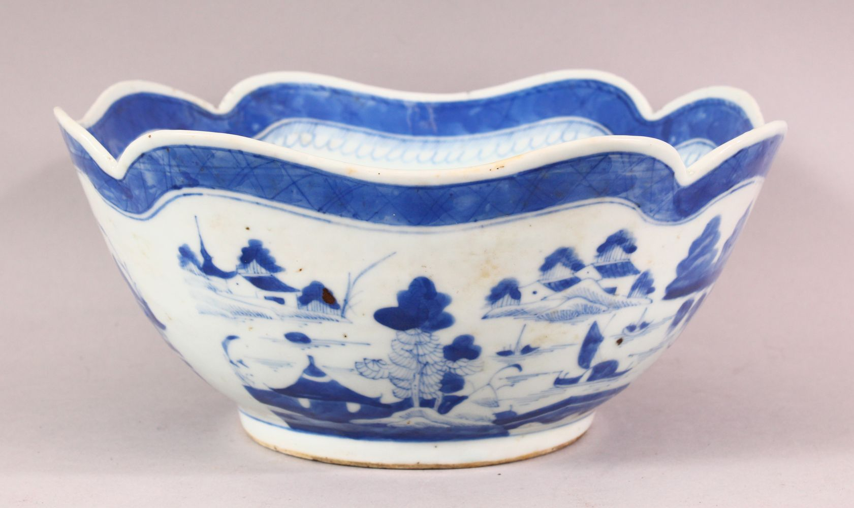 AN 18TH / 19TH CENTURY CHINESE BLUE & WHITE PORCELAIN BOWL, of quatrefoil form, decorated with