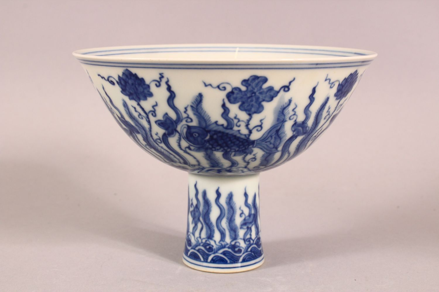 A CHINESE BLUE AND WHITE PORCELAIN STEM CUP, the bowl painted with fish amongst aquatic flora - Image 2 of 6