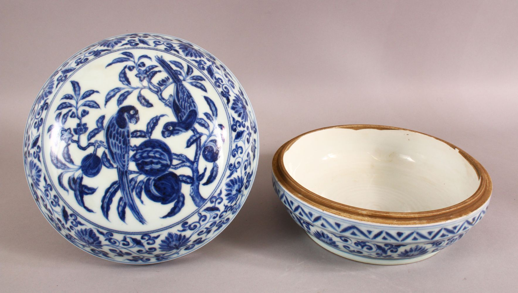 A GOOD CHINESE BLUE AND WHITE PORCELAIN BOX AND COVER, the cover decorated with birds on a peach - Image 2 of 5