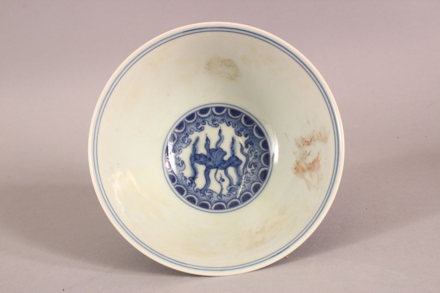 A CHINESE BLUE AND WHITE PORCELAIN STEM CUP, the bowl painted with fish amongst aquatic flora - Image 5 of 6