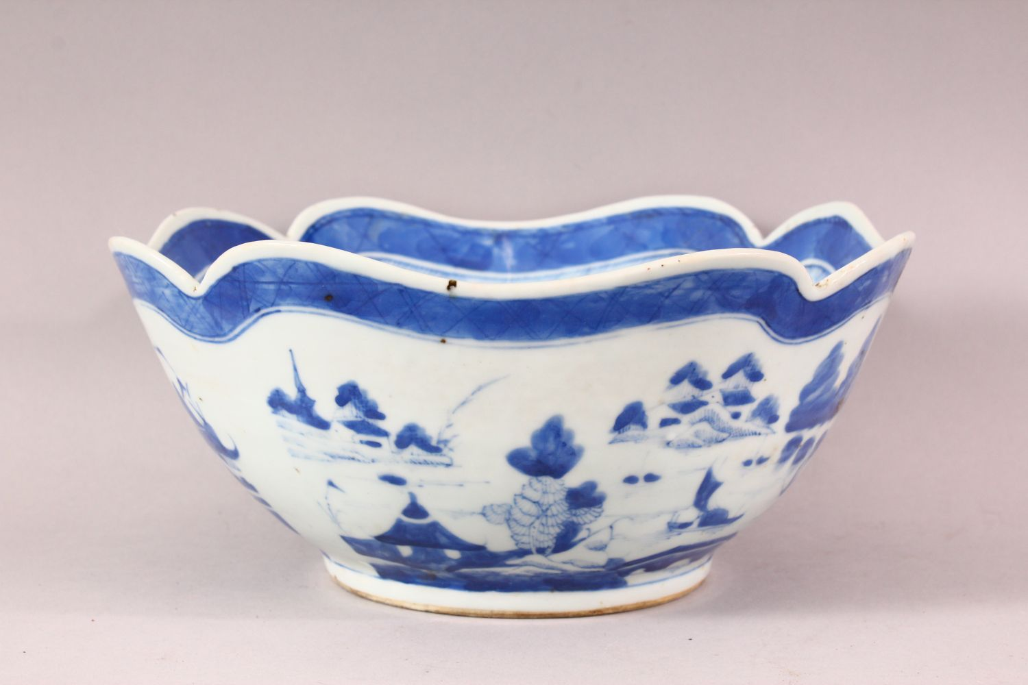 AN 18TH / 19TH CENTURY CHINESE BLUE & WHITE PORCELAIN BOWL, of quatrefoil form, decorated with - Image 3 of 6