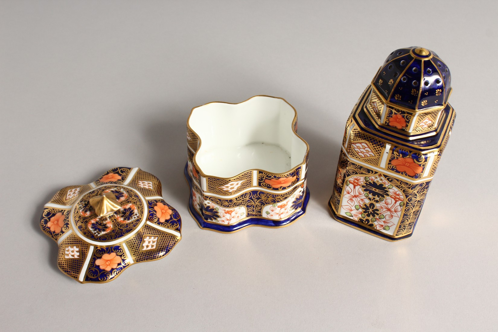 A ROYAL CROWN DERBY JAPAN PATTERN SQUARE SUGAR SIFTER, No. 1128. 6ins high and a SQUARE SUPERB BOX - Image 5 of 10