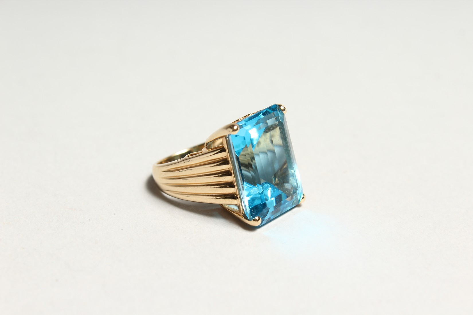 A GOOD 18CT GOLD LARGE TOPAZ SET RING. - Image 3 of 6
