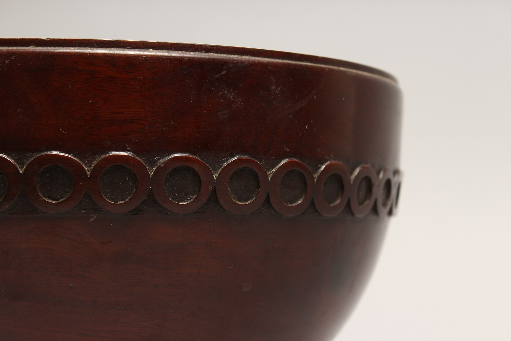 A GEORGIAN TURNED AND CARVED MAHOGANY CIRCULAR BOWL 8.5ins diameter 5ins high. - Image 4 of 5