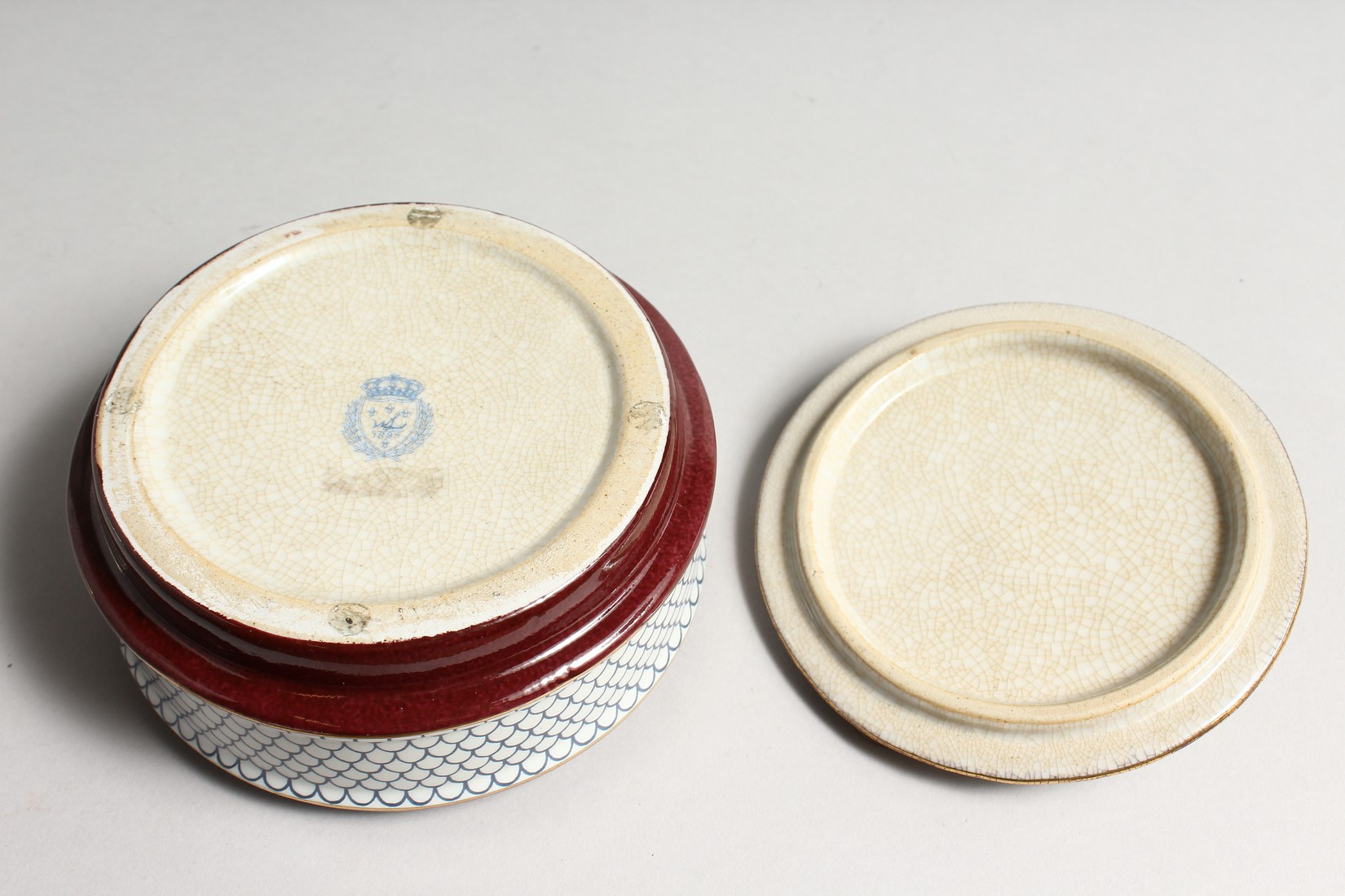 A CIRCULALR PORCELAIN BOX AND COVER with bronze lizard 5ins diameter - Image 4 of 5