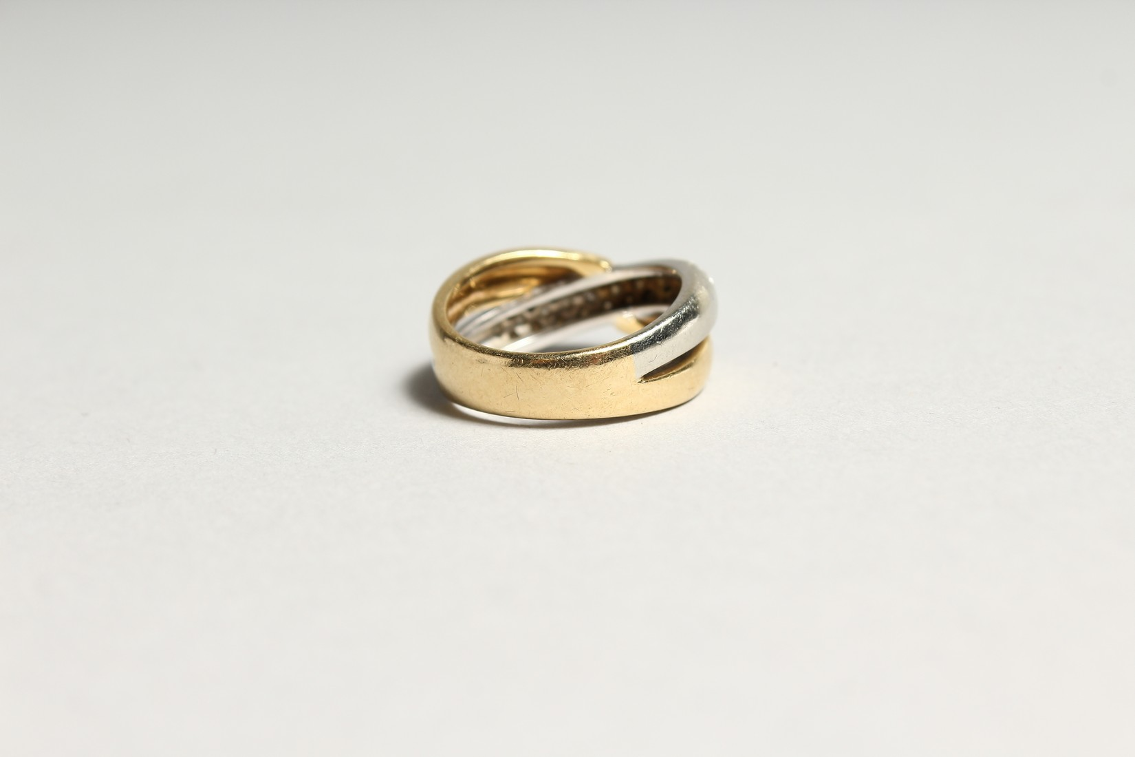 AN 18CT GOLD DIAMOND SET CROSS OVER RING - Image 3 of 6