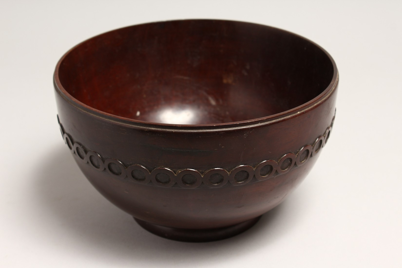 A GEORGIAN TURNED AND CARVED MAHOGANY CIRCULAR BOWL 8.5ins diameter 5ins high. - Image 3 of 5