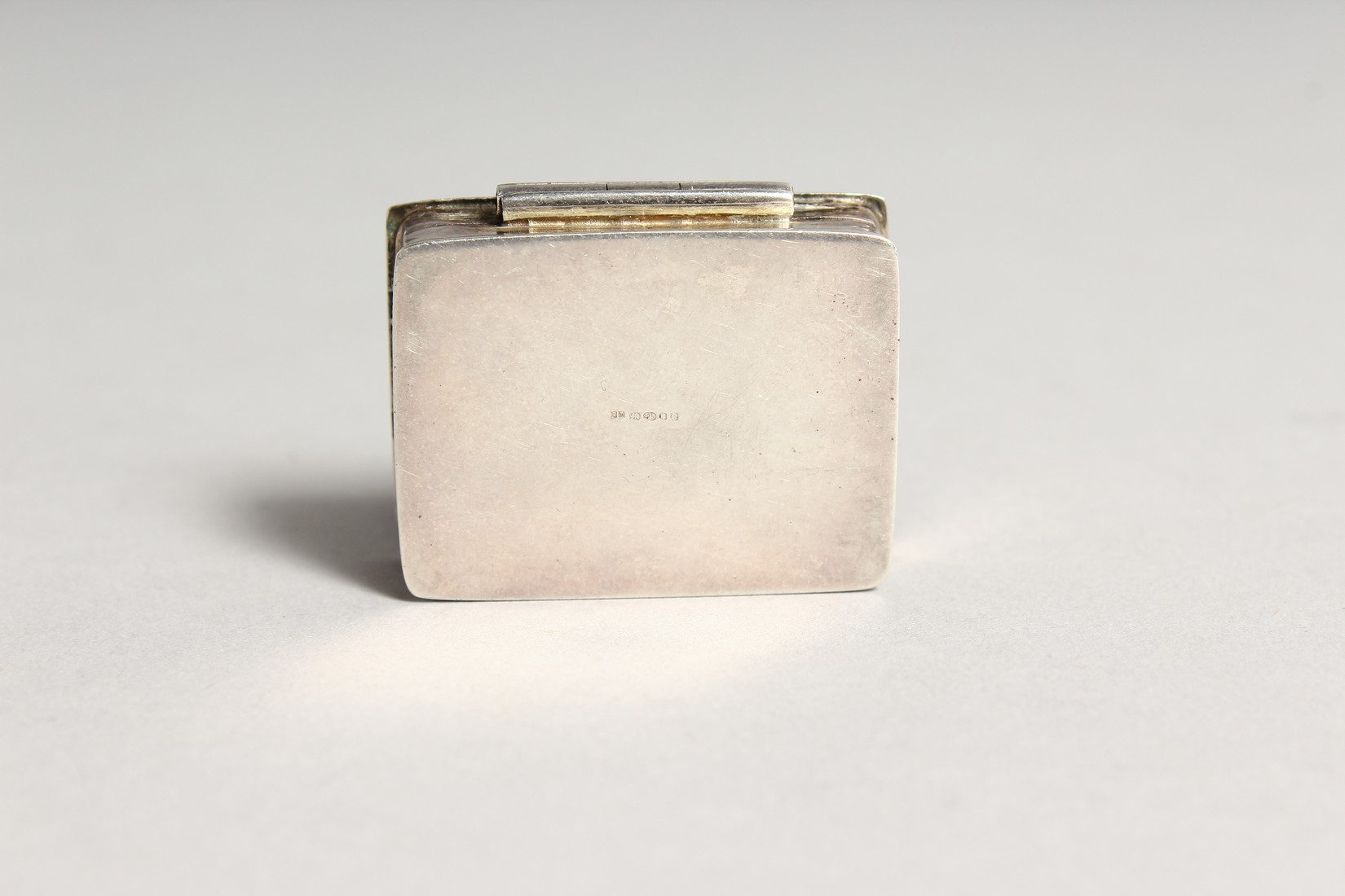 A SILVER AND ENAMEL SNUFF BOX, the lid decorated with figures on horseback. 1.5ins wide - Image 4 of 6