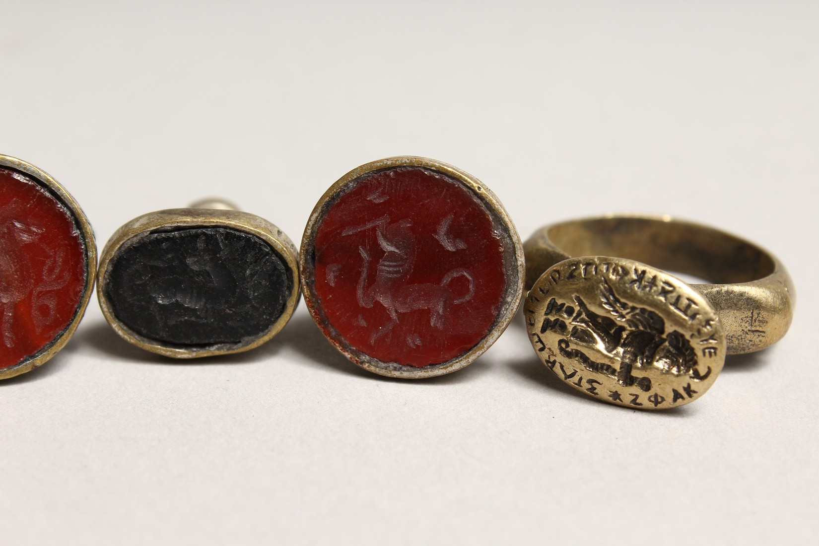 TWO SMALL RINGS AND THREE SEALS (5). - Image 5 of 5