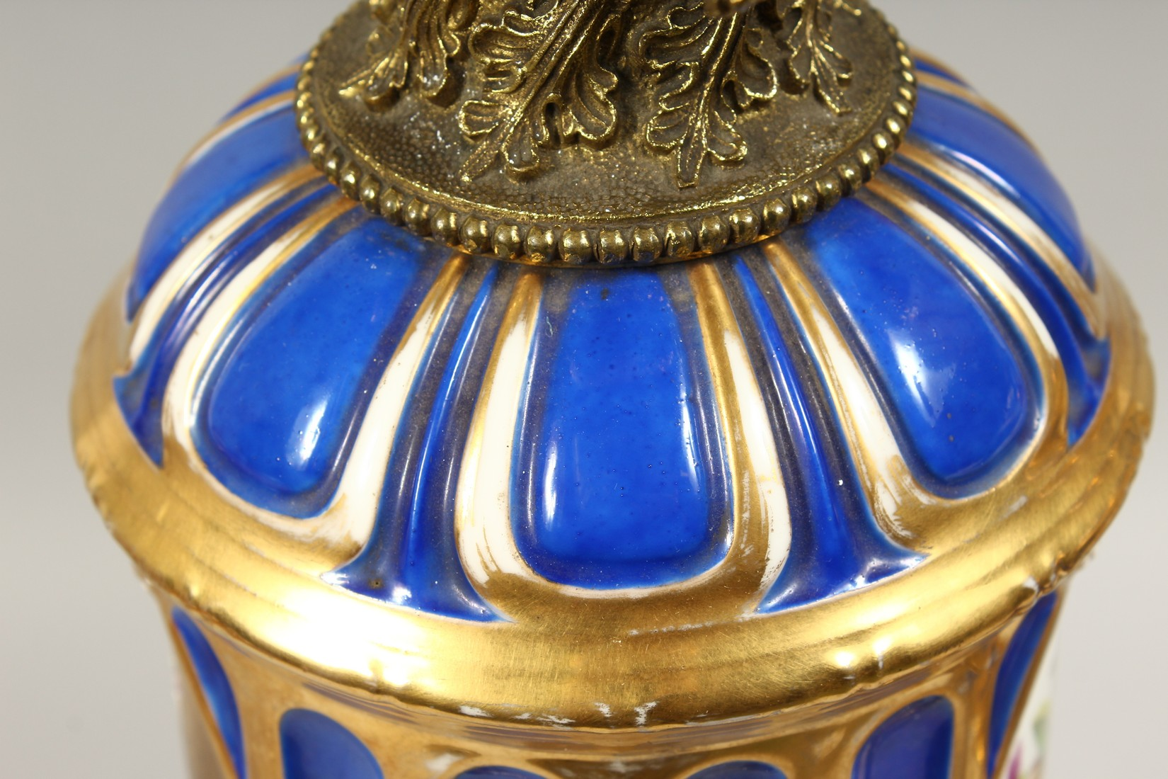 A SUPERB PAIR OF 19TH CENTURY FRENCH PORCELAIN AND GILT BRONZE LAMPS ON STANDS, painted with - Image 19 of 24