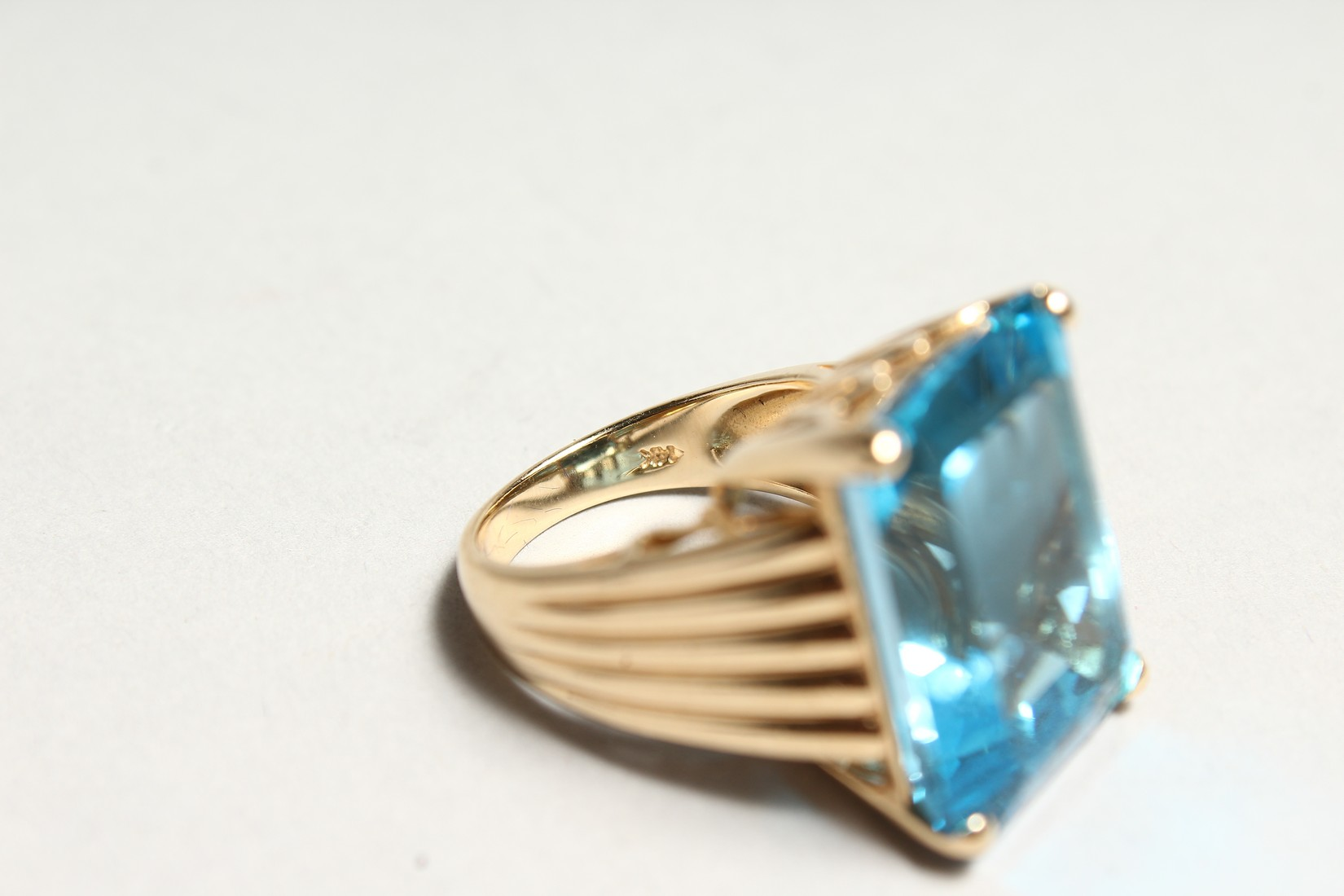 A GOOD 18CT GOLD LARGE TOPAZ SET RING. - Image 6 of 6