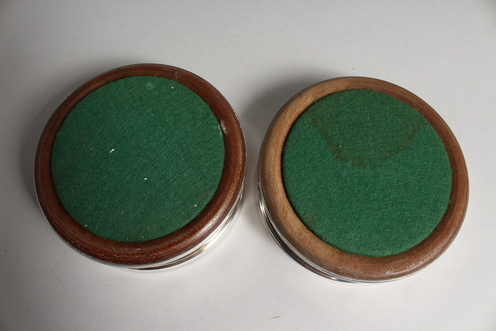 A PAIR OF MODERN PLAIN SILVER WINE WINE COASTERS wit turned wood bases 4.75diameter London 2003 - Image 6 of 6