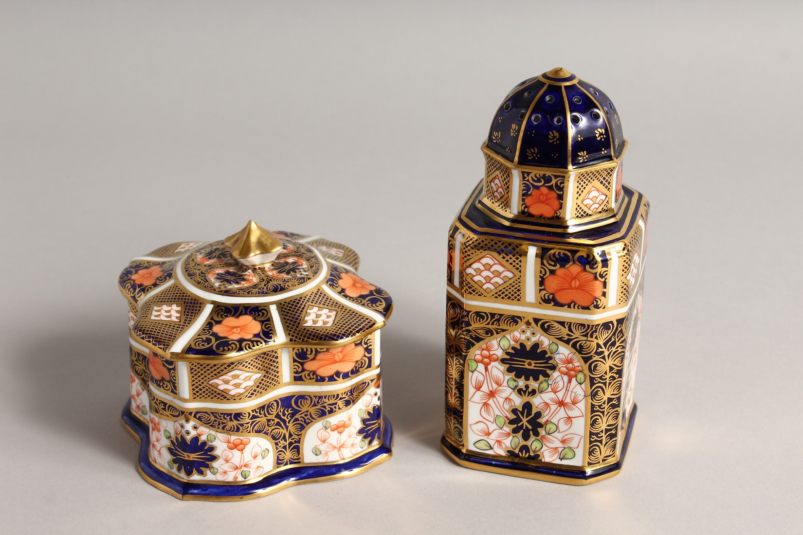 A ROYAL CROWN DERBY JAPAN PATTERN SQUARE SUGAR SIFTER, No. 1128. 6ins high and a SQUARE SUPERB BOX - Image 2 of 10