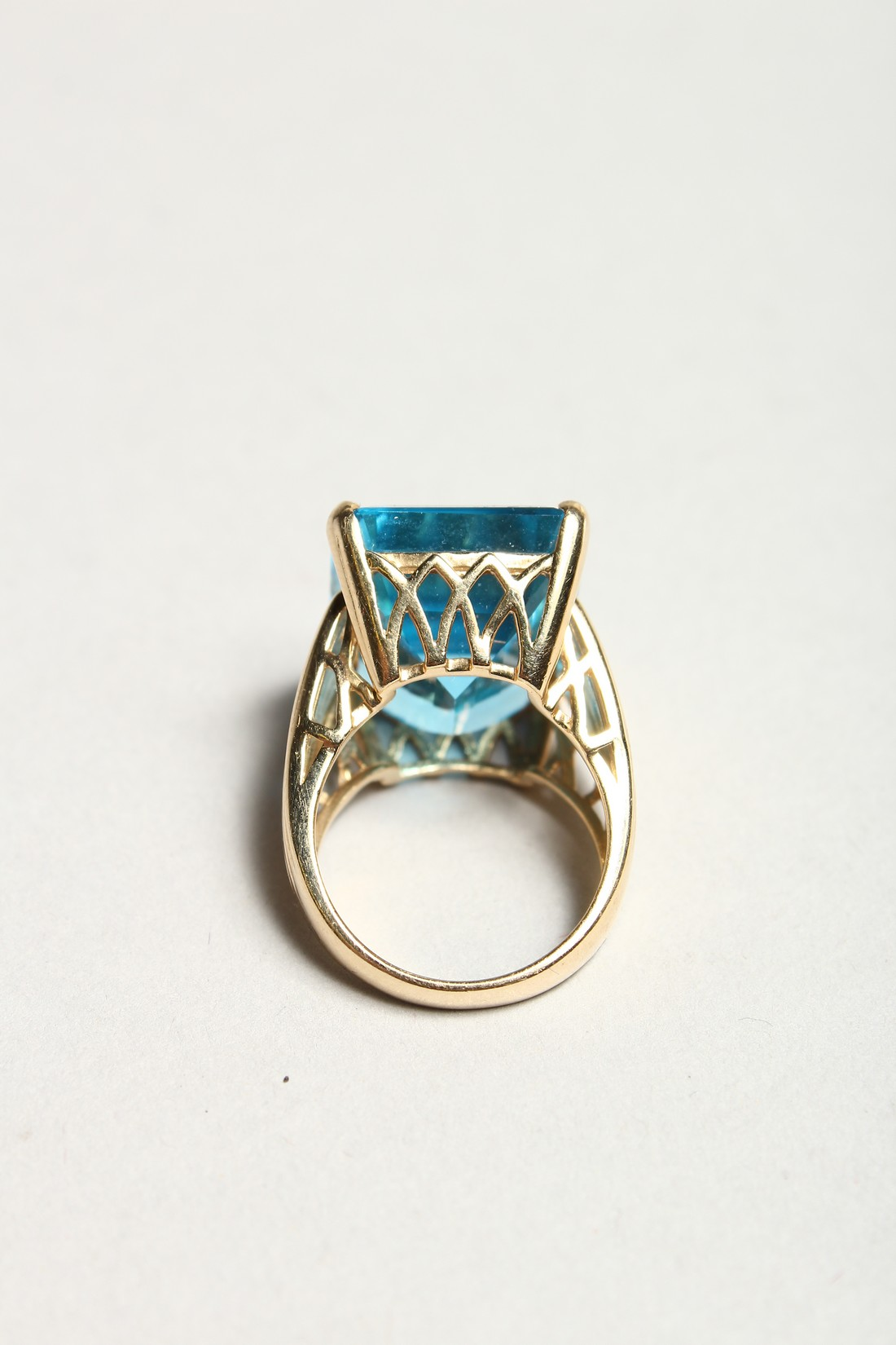 A GOOD 18CT GOLD LARGE TOPAZ SET RING. - Image 4 of 6