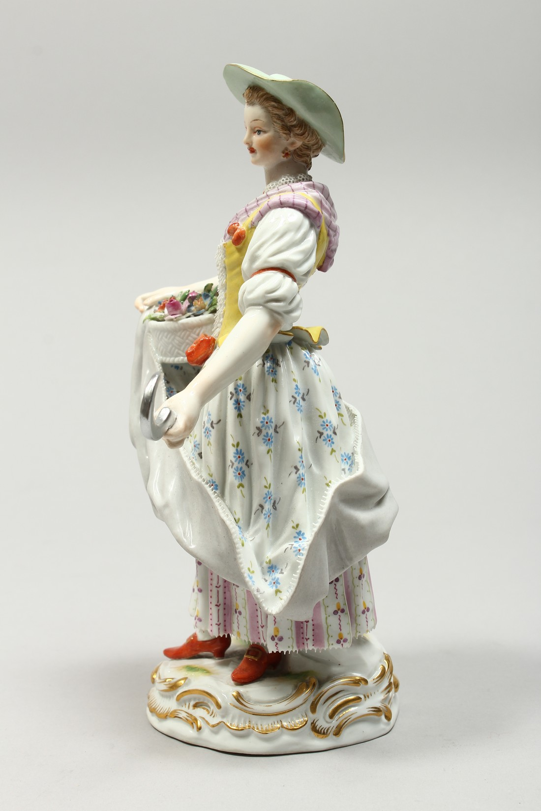 A GOOD MEISSEN PORCELAIN FIGURE OF A GARDENERESE, holding a sickle, carrying a basket of flowers, an - Image 6 of 14