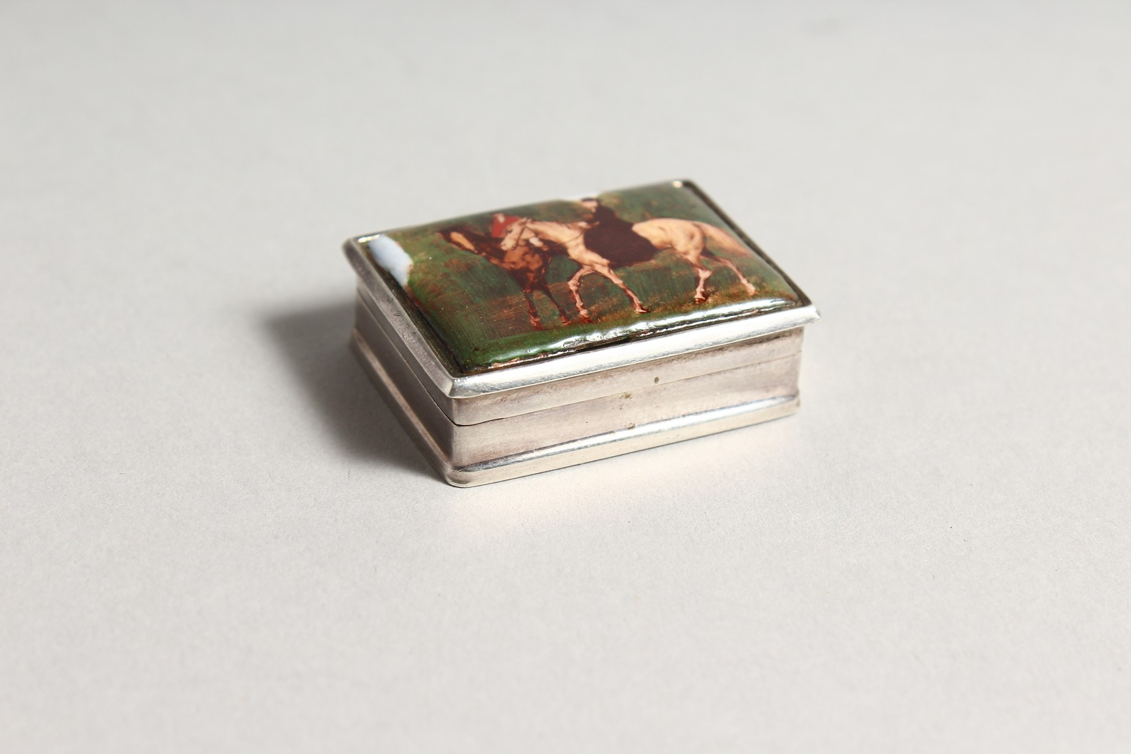 A SILVER AND ENAMEL SNUFF BOX, the lid decorated with figures on horseback. 1.5ins wide - Image 2 of 6
