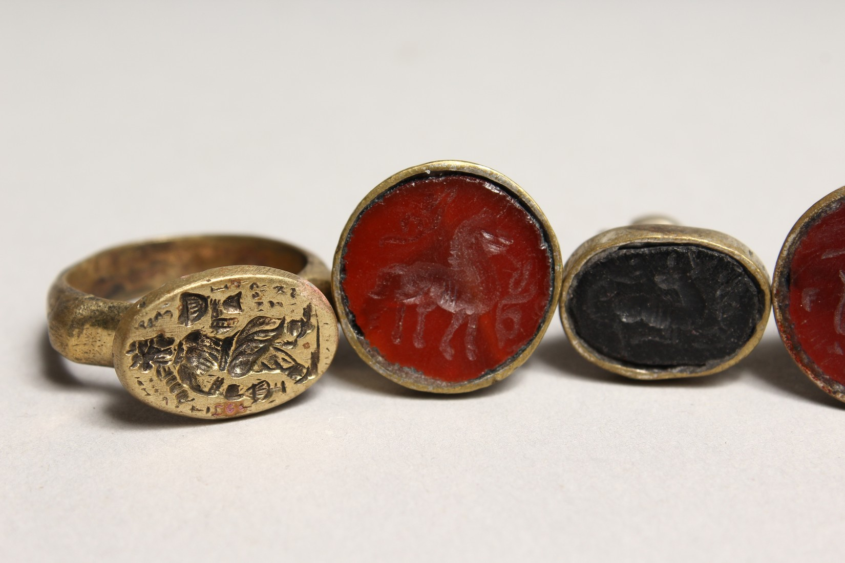 TWO SMALL RINGS AND THREE SEALS (5). - Image 4 of 5