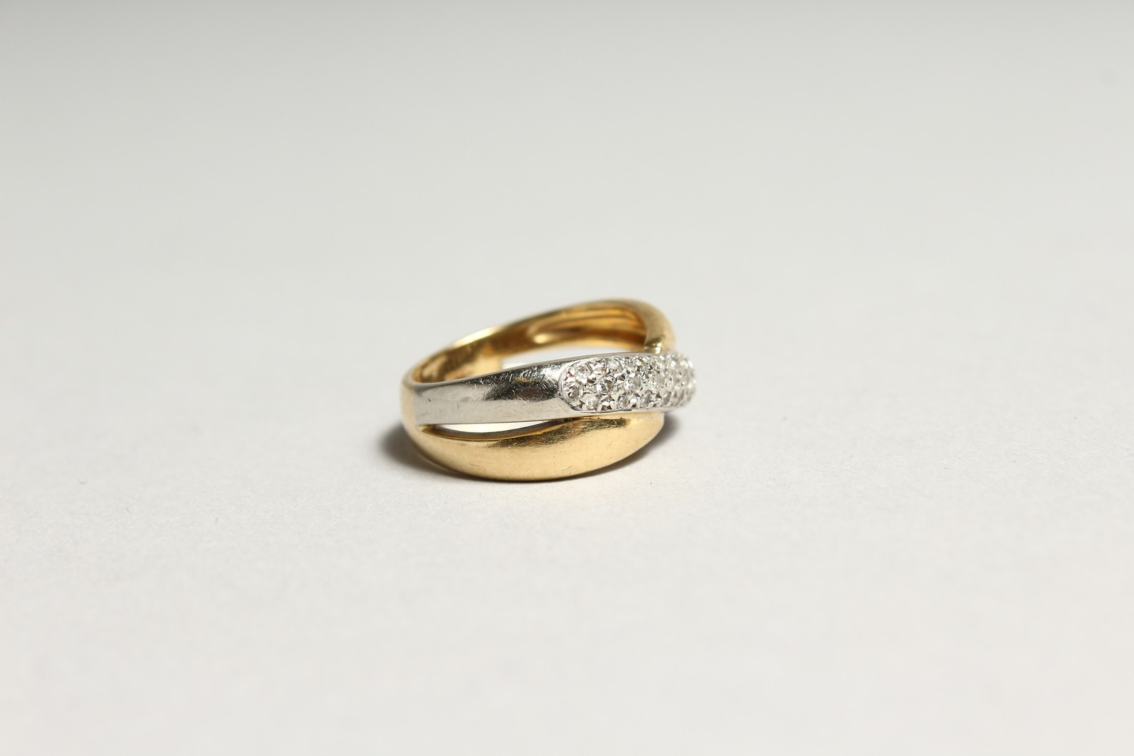 AN 18CT GOLD DIAMOND SET CROSS OVER RING - Image 2 of 6