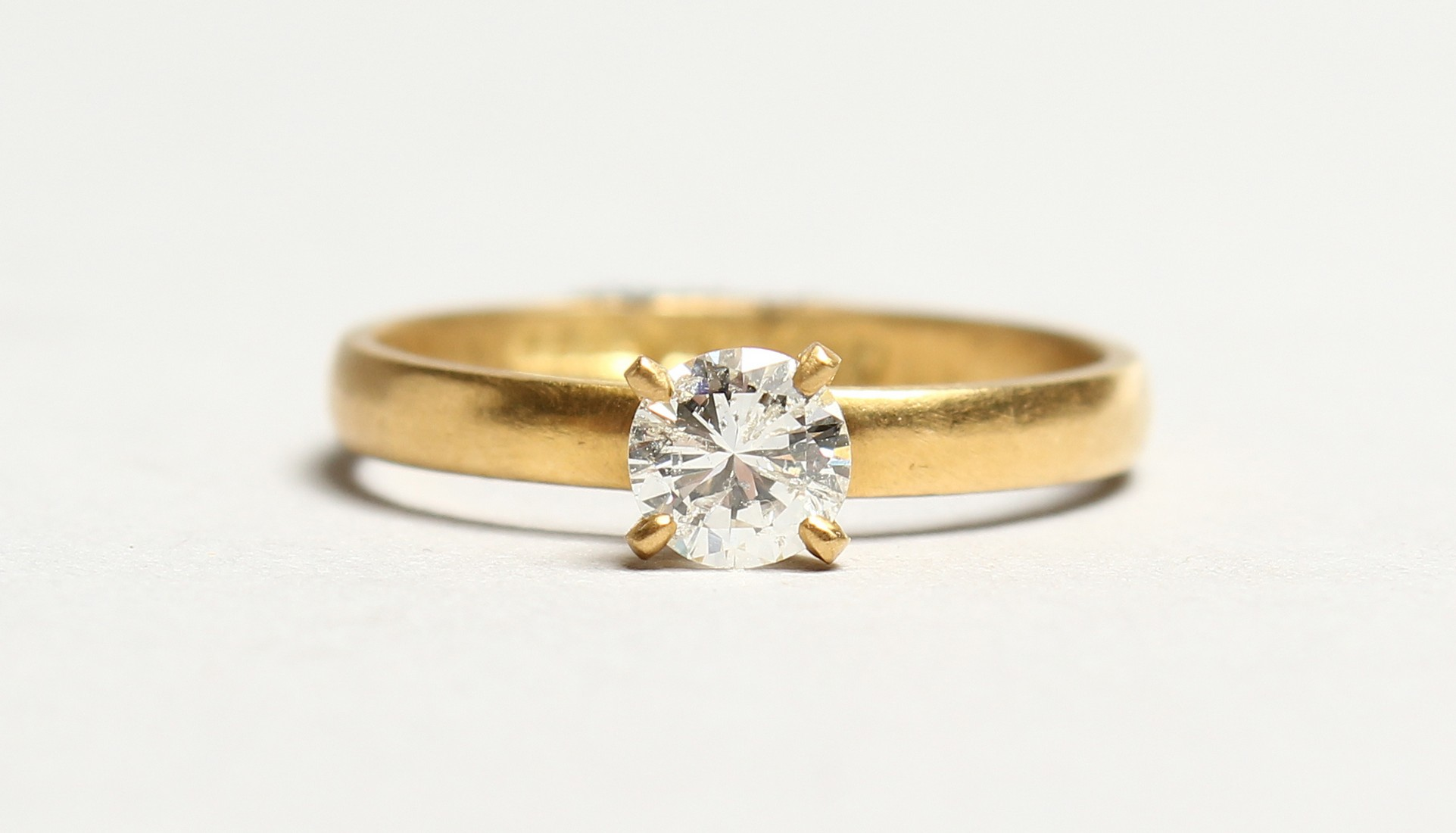 AN 18CT GOLD SOLITAIRE DIAMOND RING